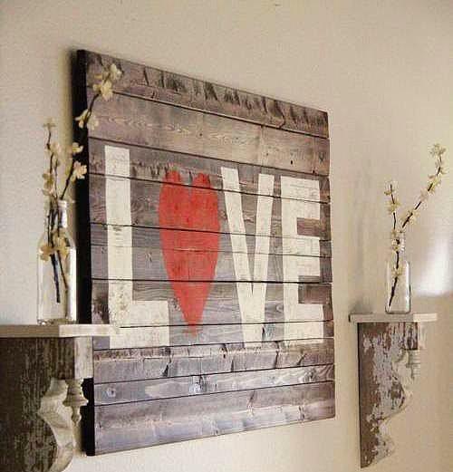 Pazarda bulduğunuz kasa, palet parçasının üzerine aşk yazmak...