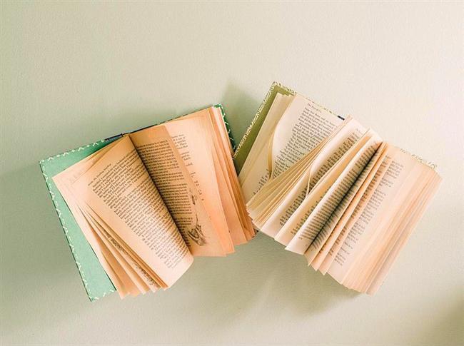 Duvara kitap yapıştırmak, hem de sayfaları açık.