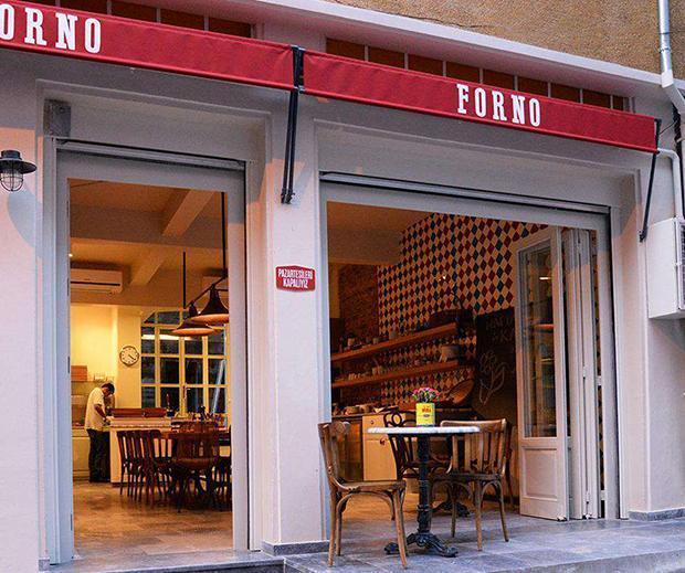 """NOSTALJİ ARAYANLARA: FORNO BALAT  Ununuzu eleyip eleğinizi asmışsanız """"Bizim romantiklikle işimiz olmaz, bize nostalji lazım"""" derseniz yönünüzü Balat'a çevirin. Hem Fener ve Balat'ın sokaklarında kaybolur hem de harika bir yerde yemek yersiniz. Kahvaltı ve öğle yemeği için gidebileceğiniz bir yer. Fener'deki bu yeni gözdemin kruvasanları, pizza ve lahmacunları çok iyi. Mümkün olduğunca organik ürün kullanıyorlar. Güleryüzlü hizmetlerine diyecek yok. (0212 521 29 00)"""