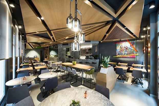 DEĞİŞİKLİK ARAYANLARA: OPS PASSAGE   Çok seyahat eden bir çiftseniz Karaköy'ün simge mekânlarından Fransız Geçidi'nde bulunuyor. 13-17 Ekim tarihleri arasında Perulu Şef Roberto Segura mekâna konuk oluyor. Ağırlıklı deniz ürünlerinden oluşan bir mönüye sahip. Nefis el yapımı kokteyller var. Restoranın şık dekorasyonu, karakterli ahşap tavan kaplamaları ve meşe masaları dikkat çekici. Izgara karidesli taboule ile kestaneli çikolata sufleyi deneyin derim. (0212 243 39 07)