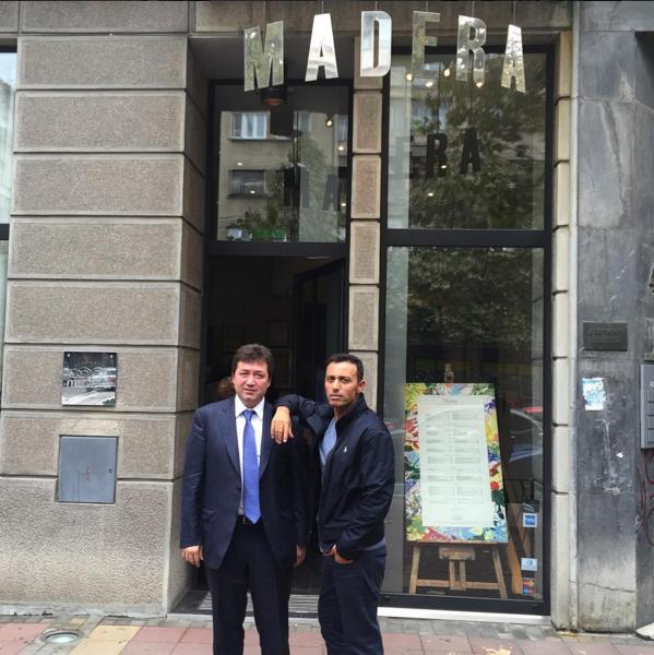 Mustafa Sandal  Eski dostlar Belgrad turunda:) Mustafa Çağlar kardeşimle Belgradın bir numaralı mekanı Madera önünde👍🏻 @mikecharlie16