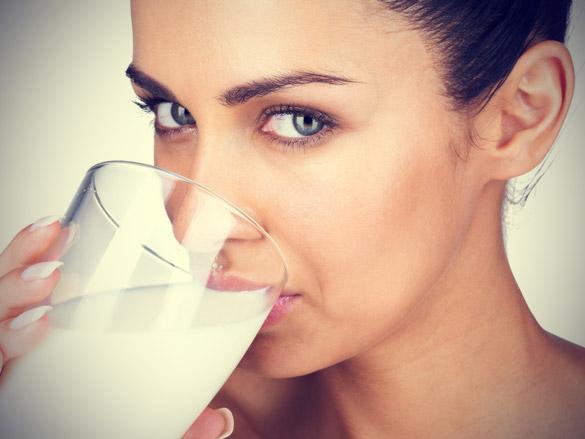 Her gün süt için: Kemiklerin yapımında rol oynayan kalsiyumun günlük takviyesi için bu çok önemli. Uzmanlar, 40 yaşından sonra herkesin 500 mg. kalsiyum alması (süt ürünü tüketmiyorsanız 1000 mg) gerektiğine dikkat çekiyor. D vitamini içeren preparatlar, kalsiyum takviyesi için ideal. Ancak yan etkilere yol açmaması için önce kalsiyum değerinizi ölçtürmelisiniz.