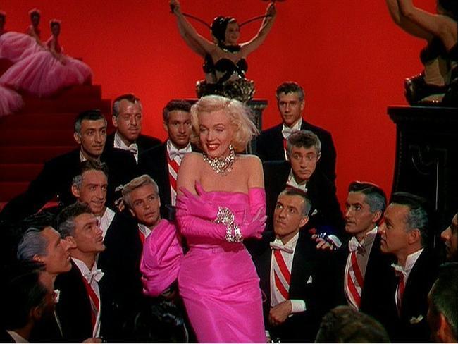 1. Erkekler Sarışınları Sever/ Gentlemen Prefer Blondes (1953)  Lorelei Lee ve Dorothy Shaw birbiriyle iyi arkadaş olan iki şarkıcıdır. Birlikte Paris'e giden lüks bir seyahat gemisinde çalışmaktadırlar. Lorelei maddiyata önem vermektedir ve oldukça zengin bir adam olan Gus ile evlenmeyi planlamaktadır. Arkadaşının aksine Dorothy için para hiç önemli değildir. Gus'ın babası olan Ernie Malone, Gus'ı korumak için babasının tuttuğu bir dedektiftir. Çünkü Gus'ın babası etkileyici sarışın Lorelei'nin oğlunun parasının peşinde olduğundan emindir. Lorelei'ın dikkati zamanla Francis Beekman tarafından dağılırken, dedektif Ernie'nin gözü de Dorothy'den başkasını görmez olur.