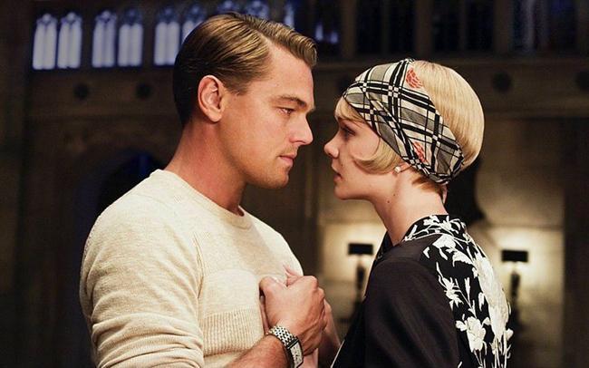 13. Muhteşem Gatsby/ The Great Gatsby (2013)  Yazar olma basamaklarını tırmanan Nick Carraway 1920'lerde eğlence hayatının gözdesi konumuna yükselen New York'a gelir. Kendi Amerikan rüyasının peşindeyken tesadüfen milyoner Jay Gatsby ve onun çevresiyle yolları kesişir. Carraway'nin alkolün su gibi aktığı, göz kamaştırıcı partilerle tanışması fazla zaman almaz. Öte yandan bu büyülü Amerikan rüyasının çöküşü de yaklaşmaktadır. Dışarıdan görkemli görünen bu hayatın örtbas etmeye çalıştığı gerçekler su yüzüne çıkacaktır...