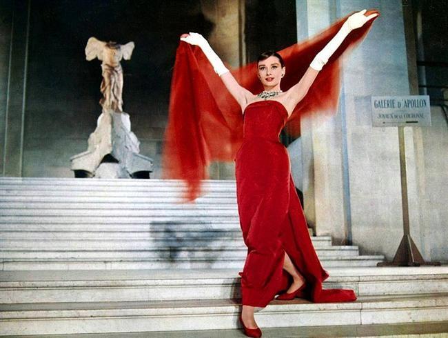 2. Şahane Macera/ Funny Face (1957)  Moda yayıncısı Maggie Prescott fotoğrafçı Dick Avery'den yeni bir yüz bulmasını ister. Yepyeni ve çok farklı bir model! Dergi ekibiyle birlikte şans eseri çekim yapmak için gittikleri Greenwich Village'daki bir kitapçıda çalışan Jı'yu kimse farketmez. Oysa bu kitap kurdu, 'entel' kızın eşi bulunmaz havası ve güzelliği Dick'in gözünden kaçmamıştır.