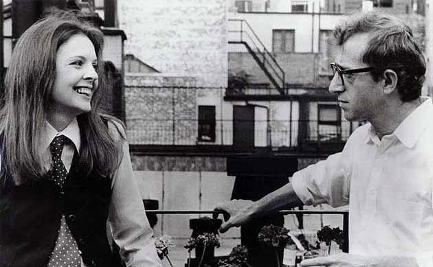 4. Annie Hall (1977)  New York'lu komedyen yazar Alvy Singer (Woody Allen) aşkın peşinden gitmek istese de, yaşadığı entellektüel ortamda aradığını bulabileceği konusunda oldukça umutsuzdur. En az kendisi kadar nörotik olan şarkıcı Annie Hall (Diane Keaton) ile tanışması ise önyargılarını sona erdirir. Yoğun olduğu kadar farklı olan bir ilişki yaşamaya başlarlar. Annie Hall'u etkileyici kılan, aşk üzerine öncekilerden farklı şeyler söylemeye çalışması. Komedi ve romantizm karışımı film, 70'lerde gezinmek isteyenler ya da klişe aşk tasvirlerinden sıkılmışlar için iyi bir alternatif.