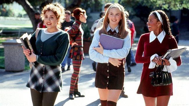 5. Fırlama Kızlar/ Clueless (1995)  Beverly Hills'de yaşayan hoş ama boş Cher (Silverstone), lisenin güzel ve son derece popüler kızlarından biridir. En çok önem verdiği iki şey; okulun yakışıklı erkekleriyle çıkmak ve modayı takip etmektir. Zıpır kız, kendisine layık bir erkek ararken, okula yeni gelen bir kızın bir türlü içine sinmeyen paspal giyim tarzını değiştirmeye ve iki öğretmeninin arasını yapmaya çalışır. Düzeltilmesi gereken notları vardır ve bunun en kolay yolu, öğretmenlerinin özel hayatına müdahale etmektir.