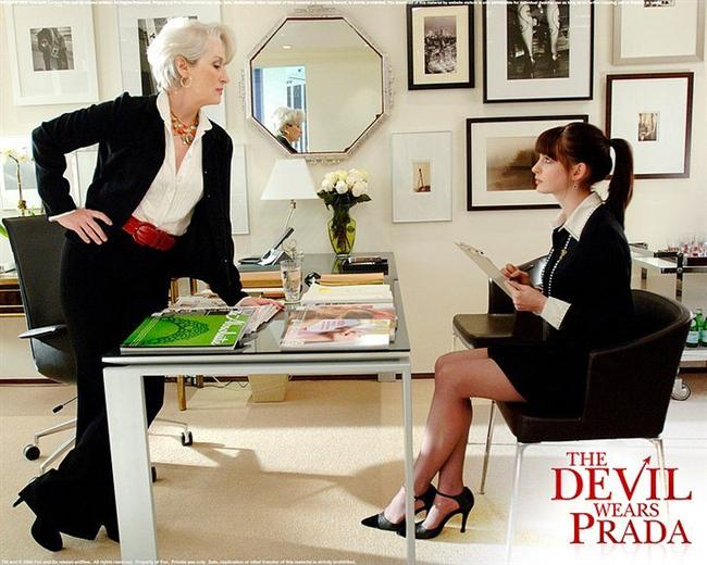 7. Şeytan Marka Giyer/ The Devil Wears Prada (2006)  New York moda dünyasının göz alıcı karmaşasında , 0 bedenli muhteşem kadınlar içindeyken saçınızın kötü olduğu bir gün iş hayatınızın sonu olabilir. İşte Runway Dergisi bu inanılmaz cehennemin tam ortasıdır. Miranda Priestly (Meryl Streep) ise moda dünyasının en güçlü kadını Runway'in korku salan kraliçesi kendisine bir asistan alacaktır. Milyonlarca kızın hayatını verebileceği bir iş ise sıradan bir NewYork'lu olan Andy Sachs (Anne Hathaway) için göz kırpmaktadır. Yapacağı iş kesinlikle kendisine saygısı olmayan insanların yapabileceği türden, yaşamı bırakıp çalışmaya dayalı bir tür Miranda köleliğidir.