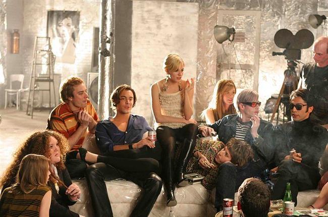 8. Fabrika Kızı/ Factory Girl (2006)  Zengin bir ailenin güzel ve alımlı kızı olarak dünyaya gelen ve hayatına renk katmak için 60'lı yılların ortasında New York'a taşınan Edie'nin, zamanın aykırı sanatçısı Andy Warhol (Guy Pierce) ile tanışmasıyla tüm hayatı değişir. Onun giyim fabrikalarında görev alır ve New York ışıltıları altında bir çok ünlüyle tanışır, sevgili olur. Fakat bu hızlı ve gösterişli yaşamın da bir bedeli olacaktır. 60'lı yılların idol kadınlarından Edie Sedgwick'nin gerçek yaşam öyküsünün anlatıldığı ve iki ünlü oyuncunun başrolünü üstlendiği film, oldukça dramatik bir hikayeyi aktarıyor.