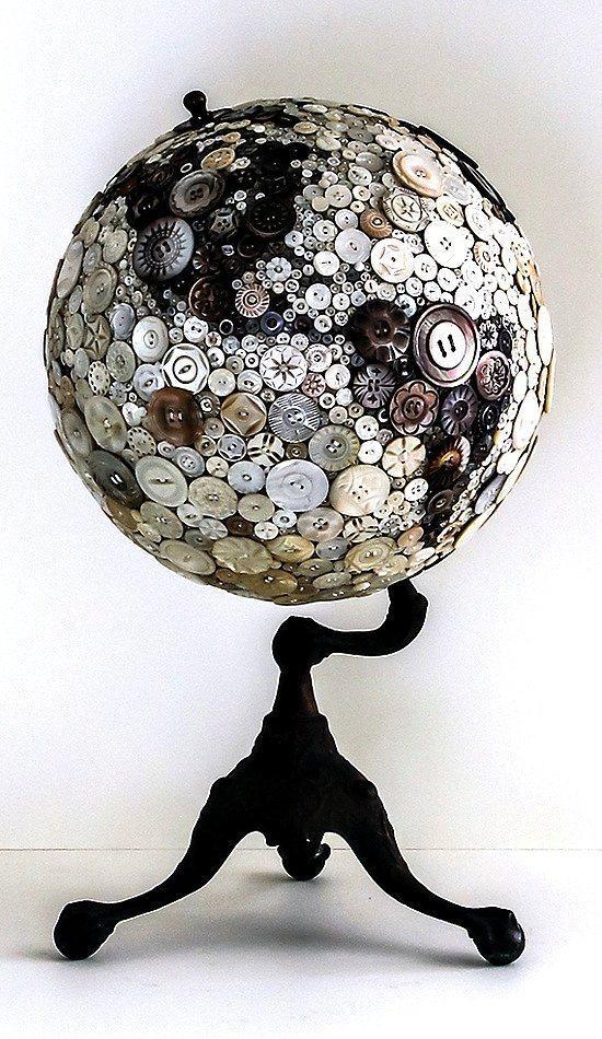 Evdeki eski eşyaları yenilemek aslında çok kolay.  Çocuğunuz okurken ihtiyacı olan küre, mezun olduktan sonra toz toplayan küreyi düğmeler ile yenileyebilirsiniz. Biz de küre yok derseniz, dünya haritasına aynı şekilde düğmelerle  yenileyebilir bir tablo haline getirebilirsiniz.