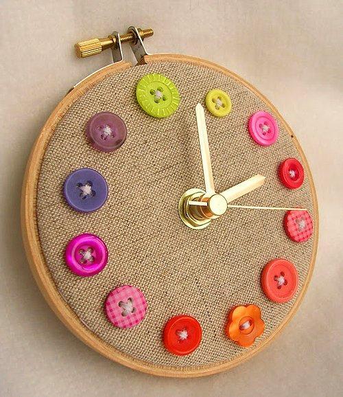 Kendi saatinizi kendiniz yapsanız çok minnoş olmaz mı?  Saat yapmak almaktan daha basit aslında (: Rengarenk düğmeleri bir kanvasa dikip bir kadran ile başucunuza bir saat tasarlayabilirsiniz.  Ya da hali hazırda olan bir saati düğmeler ile değiştirebilirsiniz.