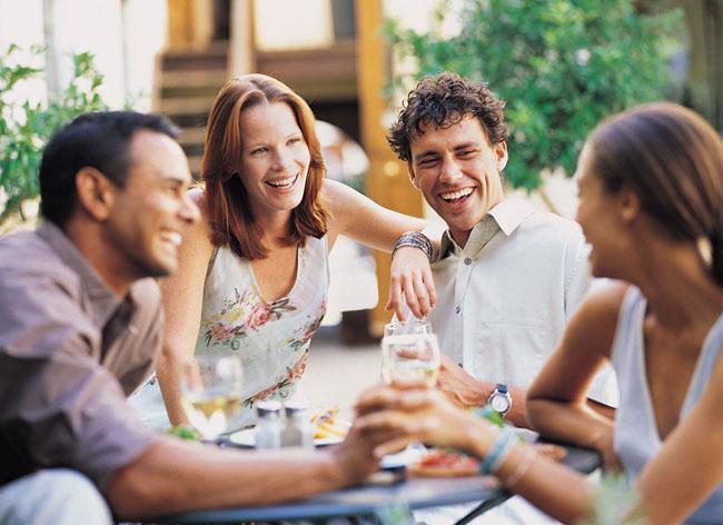 """Sevgilinizin arkadaşları ile eğlenceli programlar yapın ama """"rahat olacağım"""" diye erkeksi davranışlar sergilemeyin."""