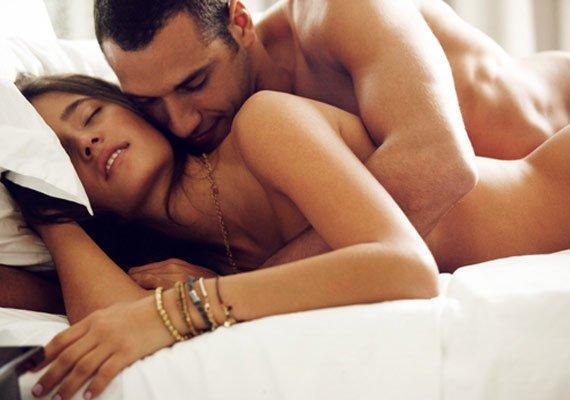 Yatakta tek eşli olmak kulağa sıkıcı gelse de uzun vadede partnerinizi çok iyi tanımanızın faydalarını görebilir ve bunun ayrıcalığını yaşayabilirsiniz.