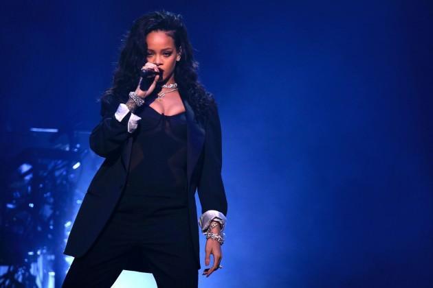 Rihanna, 2010 yılında Fransa'da verdiği konserde kaburgasını yaraladı.