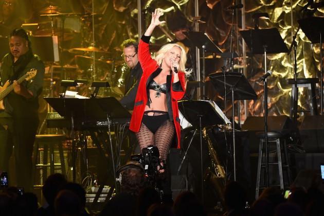Lady Gaga 2013'de verdiği bir konserde kalçasını yaraladı.
