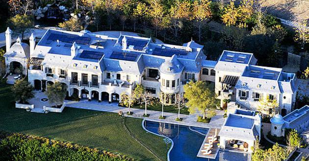 TOM BRADY-GISELE BUNDCHEN çiftinin Los Angeles'ta ki lüks evleri 20.000.000$ değerinde. Evin içinde 8 yatak odası, 6 araba garajı, asansör, havuz, spa, kreş, ağırlık odası ve şarap mahzeni vardır.