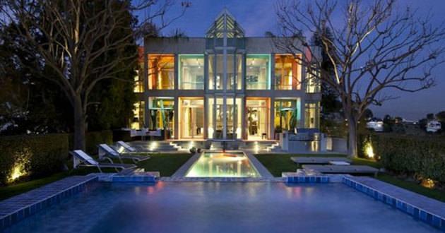RIHANNA'nın Hollwood Hills'de bulunan evi 7.000.000$ değerindedir. Arkadaşlarına göre bu evin 'Kale' lakabı vardır.
