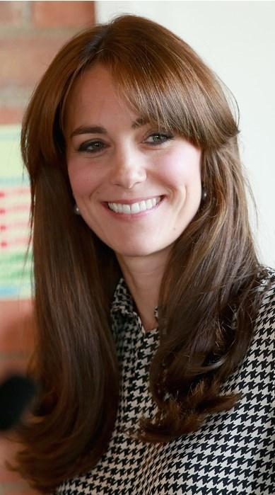 Kate Middleton  Kate Middleton ortadan ayırdığı kakülüyle asil görünümünü pekiştirmiş.