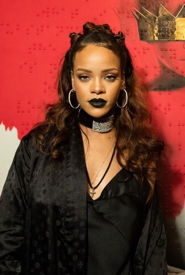 Rihanna  Bakır tonlu saçlarını koyulaştıran Rihanna, son günlerde yarım topuz stilini tercih ediyor. Ünlü sanatçı, sokaklardan ilham alan kendine has tarzını korumayı başarıyor.