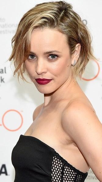 Rachel McAdams  Rachel Mcadams'ınki gibi kısa küt bir kesim, stilinizi yenilemek için iyi bir seçenek olabilir. Bu sezon bol bol göreceğimiz yandan ayrılmış saç modeliyle Rachel güzelliğini pekiştirmiş.