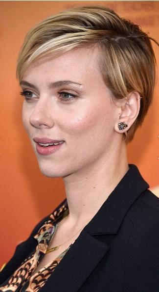 """Scarlett Johansson  Yoğun kaküllü bir pixie kesim sizin için """"oğlan çocuğunu"""" andırıyorsa Scarlett Johansson gibi saçları yana ayırarak sevimli bir tarz yaratabilirsiniz."""