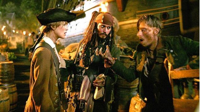 Karayip Korsanları: Ölü Adamın Sandığı / Pirates of the Caribbean: Dead Man's Chest (2006)  Hasılat: $1,156,672,786  IMDb: 7.3  Özet: Kaptan Jack Sparrrow'un, Uçan Hollandalı'nın kaptanı Davy Jones'a kan borcu olduğu konusunda kendisine bir hatırlatma yapılır. Davy Jones, cehennemden çıkma mürettebatı ile bir hayalet geminin kaptanıdır. Jack, borcunu temizlemezse, Davy'nin kölesi olarak kalmaya mahkum olacaktır. Jack Sparrow'un içinden çıkamayacağı durum pek görülmediği üzere illa ki bir yol bulacaktır. Ölü Adamın Sandığı'na sahip olan kişinin Davy Jones'un da kontrol edebileceğini fark edince durum karmaşıklaşacaktır.
