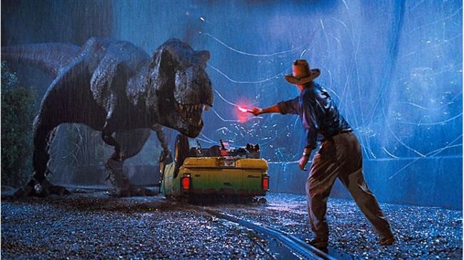Jurassic Park (1993)  Hasılat: $1,494,058,811  IMDb: 8.0  Özet: Fosilleşmiş bir sivrisinekten çıkarılan dinozor kanı, bilimadamlarına DNA ile yeniden dinozor yaratma imkanı verir. Dr. Hammond, bu DNA'dan yola çıkarak genetik olarak dinozorlar geliştirir ve bir tür hayvanat bahçesi açar. Çeşit çeşit dinozorların canlı olarak görülebileceği bu özel hayvanat bahçesinin ilk test ziyaretçileri ise bir avukat, bir matematikçi, bir dinozor uzmanı ve bir bitkibilimci ile Hammond'un torunlarıdır. Dinozor embriyolarını ele geçirmek isteyen biri güvenlik sistemini devre dışı bırakınca, bütün dinozorlar adada serbest kalırlar.
