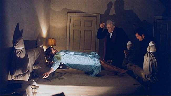 Şeytan / The Exorcist (1973)  Hasılat: $1,601,950,175  IMDb: 8.0  Özet: Yeni filminin çekimleri sırasında 12 yaşındaki kızı Regan'ın tuhaf eylemler sergilemeye başladığını fark eden aktris Chris MacNeil, kızını doktora götürür. Doktorlar beyninde geçici bir hasar olabileceğini söyleseler de bu vaka daha önce rastlanmamış türdendir. Bir seri tıbbi testten sonra küçük kızın hiçbir sorunu olmadığı ortaya çıkar. Ancak Regan'ın tuhaf halleri sona erecek gibi değildir. Küçük kız son derece şiddetli bir şekilde titremekte, garip sesler çıkarıp hiçbir anlamı olmayan hareketlerde bulunmaktadır. Bu ürkütücü durum karşısında çaresiz kalan Chris, kızını aynı zamanda psikiyatr olan Peder Merrin'e götürür. Peder, Regan'ın içine şeytan girdiğini tespit edecek, aile çaresizce bu durumdan kurtulmaya çalışacaktır.