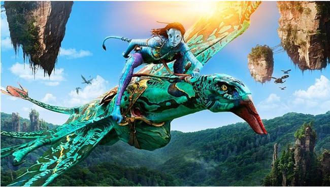 Avatar (2009)  Hasılat: $3,020,000,000  IMDb: 7.9  Özet: Bir hırsızlık olayında ağabeyi ölen yarı felçli Jake Sully, Pandora adındaki uzak bir gezegende misyonunun başına geçmeye karar verir. Bu yerde Na'vi adında giderek tükenmekte olan bir halk yaşamaktadır. Jake, kendilerine özgü bir lisanları, dünya görüşleri ve yaşam biçimleri olan halkın arasına karıştığında doğa ile de bütünleşir. Askeri bir şirket, söz konusu yeri ve oradaki kaynakları mercek altına almak üzere Avatar adında bir program meydana getirmiştir. Bu program insanları kısmen insan kısmen de Na'vi haline büründürerek misyon amaçlı Pandora'ya göndermektedir. Bu sisteme gönüllü dahil olan Botanist Dr Grace Augustine ve Jake Sully için başka bir yaşam var olacaktır. Sully, Pandora'ya geçtiği anda felçli bedeni değişime uğrayarak işlevsel hale gelmektedir. Bu sırada Na'vi halkından Prenses Neytiri ile karşı karşıya gelen Jake, ansızın bir farkındalık yaşar ve bir araştırma misyonu ile gönderildiği bu gezegeni, kendi dünyalısından korumaya karar verir.