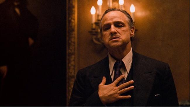 Baba / The Godfather (1972)  Hasılat: $1,272,986,513  IMDb: 9.2  Özet: Mario Puzo'nun çok satan kitabından Puzo ve yönetmen Francis Ford Coppola tarafından sinemaya uyarlanan eser, 40'lar ve 50'lerin Amerika'sında, bir İtalyan mafya ailesinin destansı öyküsünü konu alıyor. Don Corleone'nin kızı Connie'nin düğününde, ailenin en küçük oğlu ve bir savaş gazisi olan Michael babasıyla barışır. Bir suikast girişimi, Don'u artık işleri yönetemeyecek duruma düşürünce, ailenin başına Michael ve ağabeyi Sonny geçerler. Danışmanları Tom Hagen'in de yardımlarıyla diğer ailelere savaş açan Corleone ailesi, eski moda yöntemleri de değiştirmeye başlar.