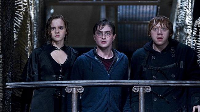 Harry Potter Ve Ölüm Yadigarları: Bölüm 2 / Harry Potter and the Deathly Hallows: Part 2 (2011)  Hasılat: $1,286,260,019  IMDb: 8.0  Özet: Lord Voldemort'un ruhunun parçalarının bir kısmını bulup yok eden Harry, Ron ve Hermione, Dumbledore'un verdiği görevi tamamlamak için arayışlarını sürdürürlerken Ölüm Yiyenler'le bir ölüm kalım savaşına çıkacaklardır. Voldemort artık iyice güçlenmiş olsa da, hem Lord'dan kaçmak hem de Ölüm Yiyenler'i etkisiz hale getirip Hortkuluklar'ı da yok etmek zorunda kalacak ekip, Ölüm Yadigârları'nın sırrına erişmek için ellerinden geleni yapacaklardır.