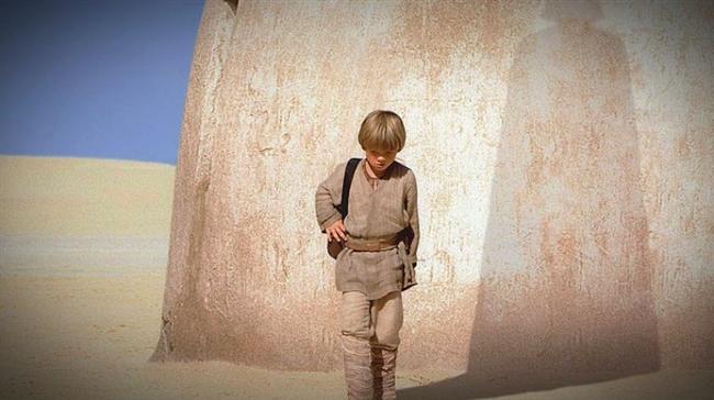 Yıldız Savaşları: Bölüm I - Gizli Tehlike / Star Wars: Episode I - The Phantom Menace (1999)  Hasılat: $1,311,252,518  IMDb: 6.5  Özet: Genç Luke Skywalker'ın içindeki gücü keşfedip galaksinin zalim imparatoruna başkaldırmasına henüz on yıllar vardır. Hatta Luke henüz doğmamıştır. Barış içindeki galakside Cumhuriyet hüküm sürmektedir. Barışçıl bir gezegen olan Naboo, iyi yürekli genç Kraliçe Amidala tarafından yönetilmektedir. Gizli Sith Lordu ve onun şampiyonu Darth Maul'un maşası olan Ticaret Federasyonu, barışı sarsacak girişimler ve adil olmayan müzakere taktikleriyle Amidala'yı köşeye sıkıştırmaktadır. Jedi şövalyesi Qui-Gon Jinn ve çömezi Obi-Wan Kenobi durumu incelemek için Naboo'ya gönderilirler. Jedi'lar giderek derinleşen komployu keşfederken 9 yaşındaki Anakin'le tanışırlar. Küçük çocuğun mekaniğe karşı müthiş bir yeteneği ve şeytani bir zekası vardır.
