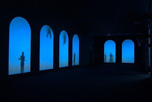 """Borusan Contemporary Görünenin Ardındaki - Perili Köşk  21 Şubat 2016'ya kadar devam edecek sergi, çağdaş sanatçılar Krzysztof Wodiczko, Michal Rovner ve Zimoun'un dört özel eserinin görülebileceği """"Görünenin Ardındaki"""", her geçen gün daha da artan yabancılaşma ve güven eksikliği üzerinden göçmenlerin sorunlarına odaklanıyor. """"Öteki olma"""" korkusunu büyük bir oda boyutunda dört özel eserle anlatan serginin en dikkat çekici parçasıysa Michal Rovner'ın 1 ton ağırlığındaki """"Parçalanmış Zaman"""" isimli eseri.  Adres: Baltalimanı Hisar Cad. Perili Köşk No:5 Rumeli Hisarı Sarıyer İstanbul"""