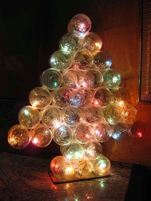 Işıklandırma demişken yılbaşı ağacı bile yapmak için kavanozlar yeterli olacaktır.  Kavanozların kapaklarını delerek ışıkların girişlerini sağlayabilirsiniz. Daha sonrasını bırakın ışıklar yapsın. Bütün kavanozları da silikon tabancası ile birbirine yapıştırabilirsiniz.