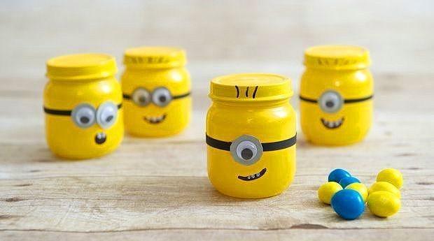 """Yeni trendleri minik kavanozlarınıza yansıtabilirsiniz.  Bu sıralar fazlasıyla ünlü olan """"Minions"""" çocuklarınızın minik oyuncaklarını saklayabilir. Mesela lego parçaları her daim ayağımıza batan şeylerdendir. İşte onları """"Minions"""" şeklinde boyadığınız kavanozlara doldurabilirsiniz."""