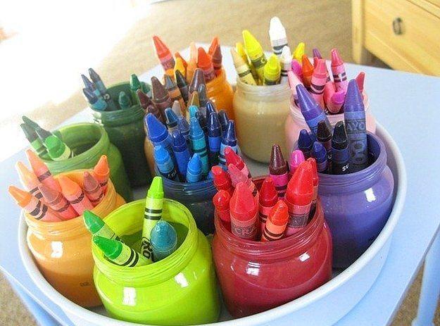 Ya da boya saati sepeti hazırlayabilirsiniz.  Kavanozları renk renk boyayıp içlerine renk renk boyalar doldurarak çocuğunuz için bir boya sepeti yaratabilirsiniz.