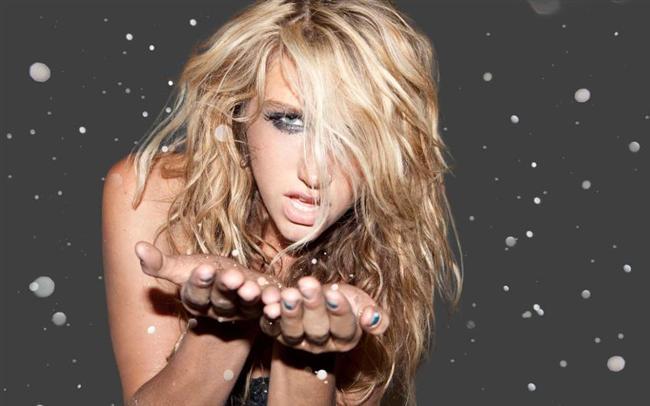 """Kesha da bir kaç yıl önce yaptığı açıklamayla dudak uçuklatmıştı. Ünlü şarkıcı bir hayaletle """"seksi"""" bir deneyim yaşadığını defalarca anlattı. Hattabir çok kişi Kesha'nın sadece dikkat çekmek için böyle öyküler uydurduğunu bile söyledi. Kesha başına geldiğini ileri sürdüğü olayı şöyle anlatmıştı: """"Adını bilmiyorum ama o varlık o akşam benim evimdeydi. Vücuduma dokunduğunu hissettim ve olaylar gelişti. Seks gibi değildi ama gerçekten seksiydi.'"""