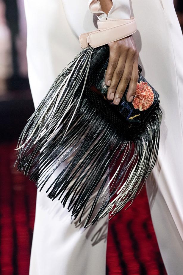 SAÇAKLI  70'lerden gelen salkım saçak bu püsküller sezon da çantada hakimiyeti elden bırakmıyor.  Loris Azzaro