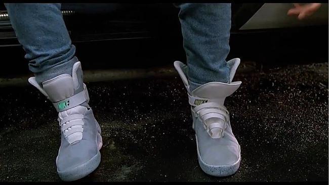 3. Otomatik Bağlanan Bağcıklı Ayakkabılar  Eminim teknolojinin en büyük faydalarından biri olurdu bize. O en olmadık zamanlarda çözülen bağcıklar için gerekli gereksiz yerlerde eğilmek zorunda olmamız bir tek bana işkence değildir heralde?