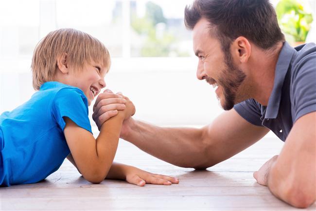 İkizler (22 Mayıs-21 Haziran)  Disiplinli bir baba değildir ama çocuklarla arası iyidir. Baskı yapmadan, arkadaş ve sırdaş olmayı bilen bir babadır. Kendi rutin bir yaşamdan hoşlanmadığı için çocukları ile ilişkileri de eğlenceli ve neşelidir. Bir gün eleştirdiği bir durumu başka bir gün takdir edebilir. Belki bu tezatlar çocukların kafasını karıştıracaktır ama ceza uygulamayı sevmeyen, eğlenceyi, macerayı seven bu baba çocukların hoşuna gidecektir. Tabii bazen verdiği sözleri değişken karakteri sebebiyle hatırlamayacaktır. Bu da verdiği sözleri tutmamasına sebep olacaktır. Çocuklar faaliyetlerine engel olmaz, ayağına dolanmazlarsa bu onu daha memnun edecektir. Bilinçli bir şekilde gayret edip çocuklara sevgisini göstermeye dikkat etmeli, yoksa tipik ikizler soğukluğu çocukları sevildiklerini düşünmekten alıkoyacaktır.