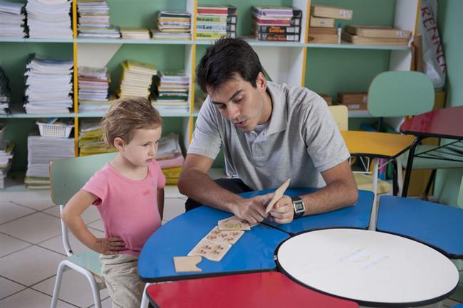 Başak (24 Ağustos-23 Eylül)  Başaklar baba olmak için deli divane olmazlar. Küçük bir aileleri olmasını isterler. Çocukları olunca çocuklarına çok düşkün olurlar. Sorumluluklarını ihmal etmez. Zeki ve kültürlü bir baba olarak, çocuklarının dersleriyle öğrenim hayatları boyunca yakından ilgilenir. Düzenli ve disiplinli çocuklar yetiştirme arzusundadır. Muhtemelen çocukların daha küçük yaşta bir kütüphaneleri olacaktır. Çocuklarını pek şımartmazlar. Eleştiriye meyilli oluşu bazen çocuklarda olumsuz etkiler yapabilir. Üstelik başak sevgisini göstermede de pek başarılı değildir. Bunun için özel bir gayret sarf etmesi gerekir.
