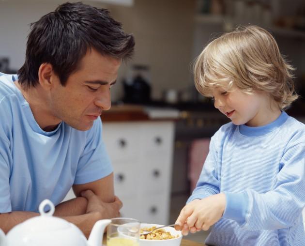 Yay (23 Kasım-22 Aralık)  Erkek çocuklarına daha yakınlık hissederler. Çocuklar büyükken daha rahat iletişim kurarlar. Daha çok bir arkadaş olacaktır, dışarıdaki özgür yaşamını onlarla paylaşacak ve yalnız kalmak istediklerinde bile yalnız bırakmayacaktır. Çocukların sırlarını merak edip, inceleyeceklerdir. Çocuklar kaçamak yaptığında sinirlenmek yerine bu durum onları eğlendirecektir.