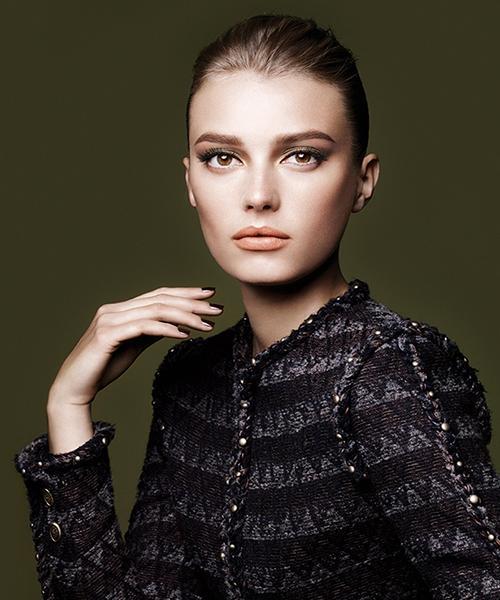 Chanel  Klasik ve zamansız bir renk olan kırmızı Chanel'in sonbahar-kış koleksiyonunda kendini bolca gösteriyor. Bir yandan da sonbaharın doğal yumuşaklığını da hissediyorsunuz.