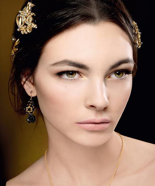 Dolce&Gabbana  Koleksiyonda, pembe ve kırmızı ikili ile karekterize Dolce&Gabbana podyumundan esinlenildi. Bunlara sıcak kavrayıcı kahverengi ve doğal altın tonlar katılmış ve çarpıcı daha açık ve canlı renkler eşlik ediyor. Dudaklarda kullanılan Antique Rose ise pembenin soft ve delikat tonlarından oluşuyor.