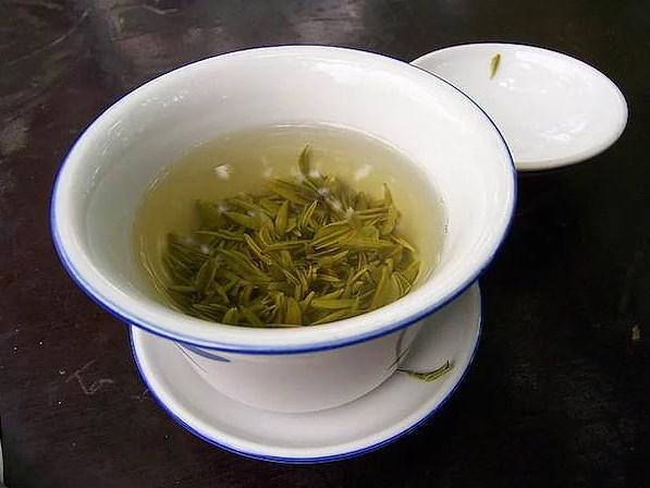 Yeşil çay  Çayın çoğu cinsi, sizi soğuk algınlıklarından korur. Fakat yeşil çay, antioksidan açısından fazlasıyla zengin olduğu için çok daha etkilidir.