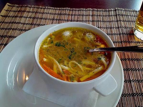 Tavuk suyu çorbası  Sistein adlı aminoasit çeşidini içeren bu çorba,sizi hastalıklardan korur.