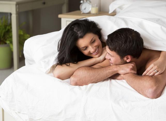 Seks hayatınız hakkında konuşun  Cinsel hayatınız hakkındaki düşüncelerinizi onunla paylaşırsanız çok geçmeden aranızdaki duygusal bağın daha da güçlendiğine şahit olursunuz. Başlarda onunla bu konulardan konuşmaktan rahatsız olabilirsiniz. Fakat zamanla bunun ilişkiniz açısından çok önemli bir adım olduğunu göreceksiniz. Ona cinsel hayatınızda en çok hoşunuza giden şeyi söyleyebilir ya da yeni bir şey denemeyi teklif edebilirsiniz. Fakat bu konuları yatak odasının dışında konuşmaya özen gösterin. Sevişmeye başlamadan önce ya da sevişirken bu konuları açmamaya özen gösterin. Örneğin sahilde el ele yürüdüğünüz romantik bir akşam ona seks hayatınızla ilgili istediğiniz her şeyi söyleyebilirsiniz.