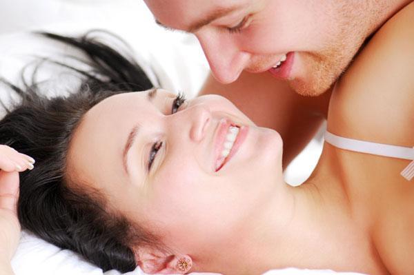 Seksin eğlenceli bir oyun olduğunu unutmayın  Seks yaparken ne kadar eğlenirseniz o kadar zevk alırsınız. Cinsel deneyimlerinizi yaşarken çeşitli oyuncaklarla ya da seksi iç çamaşırlarıyla gecenize renk katabilir, cinsel hayatınızı erotik bir masala dönüştürebilirsiniz.