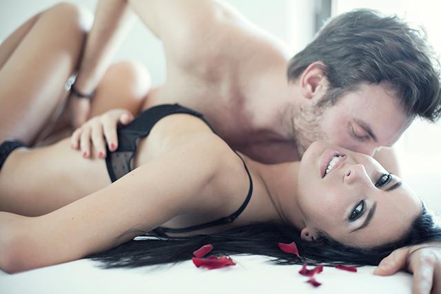 Havanızda mı değilsiniz, bırakın o başlatsın!  O anda seks yapmak istemiyorsunuz. Sırf bu yüzden partnerinizle yaşanacak heyecanlı dakikaları es geçmeyin. Bırakın o size dokunmaya başlasın. Belki vücudunuz bu dokunuşlara cevap verir.