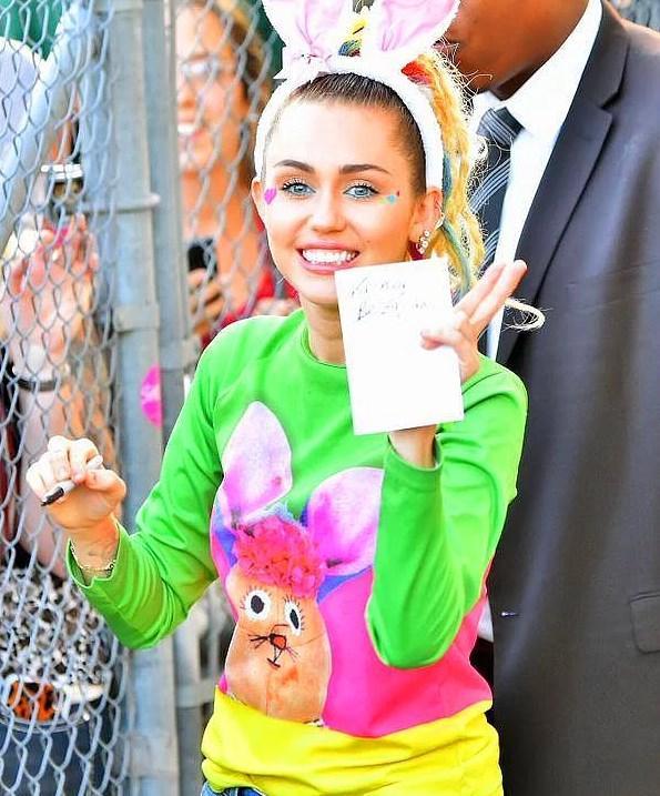 En çok bağışta bulunan 40 ünlüden Miley 1.Sırada  Yardım ve bağışlarıyla bilinen Cyrus, son yılların en çok bağış yapan ünlüsü. Son 2 yılda kendi vakfını açtı. 2014 amfAR gecesinde açık arttırma da Rihanna'dan daha çok teklifte bulunarak 500.000$ bağışta bulundu. Bu sene yapılan amfAR gecesinde ise Türk parası ile 68 milyon civarı yardımda bulundu. İki senedir MAC kozmetik markası ile işbirliği içinde olan Cyrus iki tane ruj piyasaya sürdü. MAC VİVA GLAM ilk ürününün tüm geliri AIDS hastalarına bağışlandı. Bu para 25 milyon dolara denk geliyor. Ama  Cyrus tekrar bişeyler yapmak istedi ve bu sefer MAC VIVA GLAM 2 'yi piyasaya sürdü. Aynı şekilde onun da tüm gelirleri AIDS ile mücadeleye bağışlanacak.